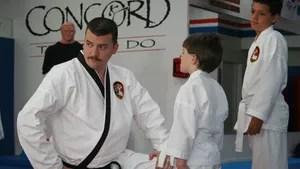 Atrapalhado professor de taekwondo vê sua vida desmoronar quando a esposa o trai e resolve pegar a estrada para conhecer seu ídolo das artes marciais.