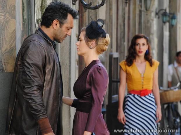 Iolanda e Mundo não resistem à paixão e quase se beijam (Foto: Joia Rara/TV Globo)