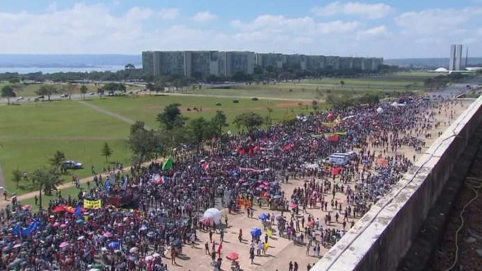 Protesto contra bloqueio de verbas na Educação ocupa parte da Esplanada dos Ministérios, em Brasília — Foto: TV Globo/Reprodução
