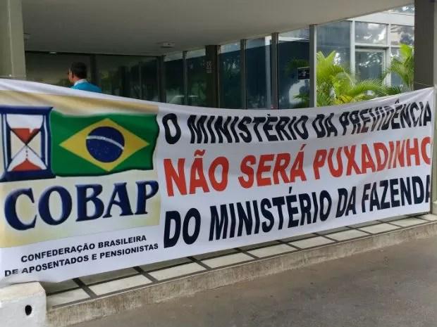 Faixa de protesto é colocada na entrada principal do Ministério da Fazenda (Foto: Beatriz Pataro/G1)