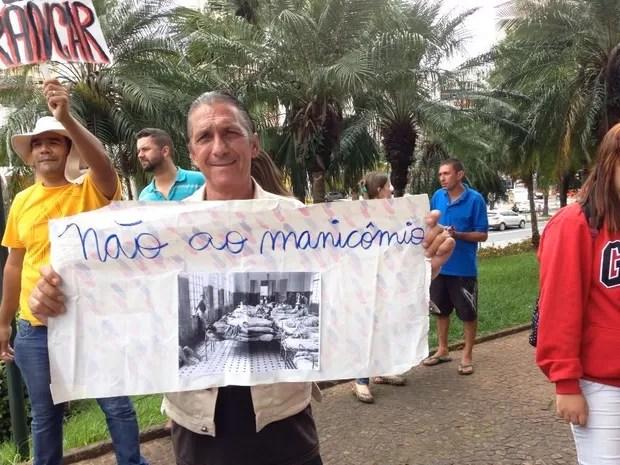 Homem com cartaz contra modelo de tratamento manicomial em Campinas (Foto: Luís dos Santos)