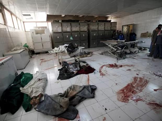 Corpos de pessoas mortas em atentado suicida na sexta são vistos em necrotério em Sanaa, Capital do Iêmen, no sábado (21). Pelo menos 137 pessoas morreram durante orações  em mesquitas da cidade devido a ataques coordenados e reivindicados pelo EI (Foto: Mohamed al-Sayaghi/Reuters)