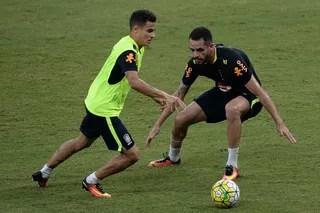 Philippe Coutinho e Renato Augusto no treino da seleção brasileira em Manaus (Foto: Pedro Martins/MoWa Press)