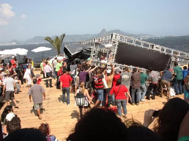 Público ajuda a erguer a estrutura metálica tombada na Marina da Glória pouco depois do acidente, na tarde deste sábado (24) (Foto: Marcos Estrella/TV Globo)