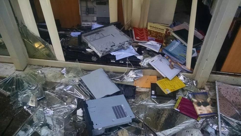 Computadores foram quebrados no Ministério da Cultura (Foto: Letícia Carvalho/G1)