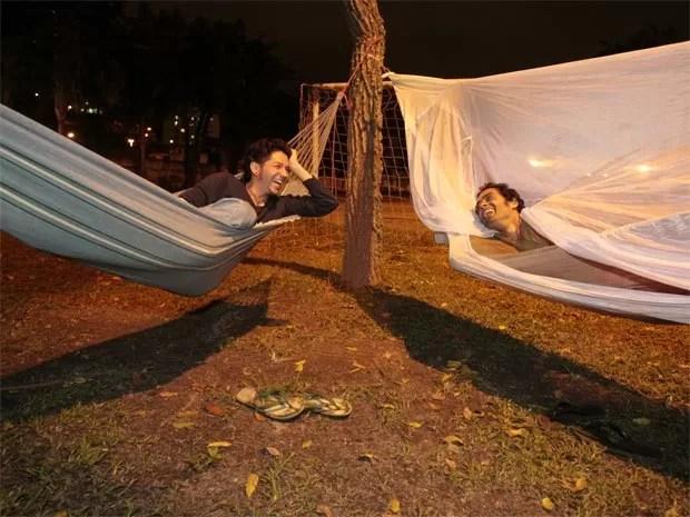 Javier e Davi aprovaram a primeira noite na rede fixada nas árvores do campus da UFRJ, na Praia Vermelha, na Zona Sul (Foto: Rodrigo Gorosito/G1)
