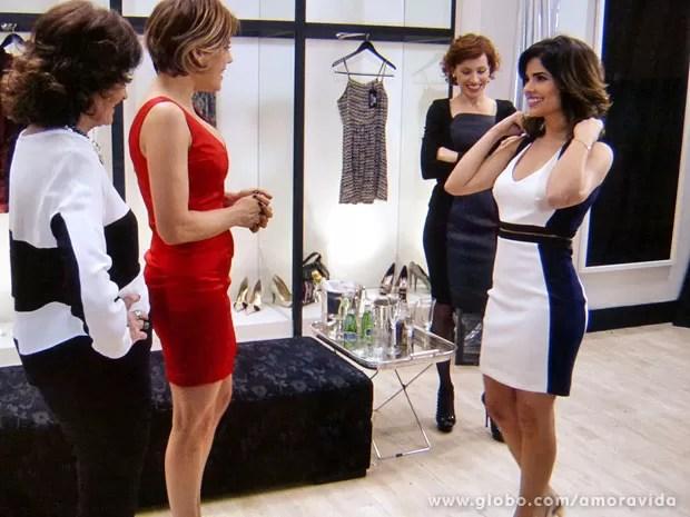 Edith dá um bom desconto no vestido e Aline nem desconfia (Foto: Amor à Vida/ TV Globo)