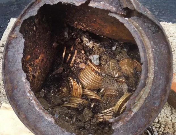 Imagem mostra um dos seis recipientes cheios de moedas do século 19 encontrados na Califórnia  (Foto: AP Photo/Saddle Ridge Hoard discoverers via Kagin's, Inc.)