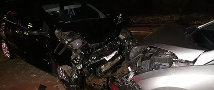 Batida entre dois carros deixou dois mortos e cinco feridos em Itapura  — Foto: Divulgação/Ilhadenotícias.com