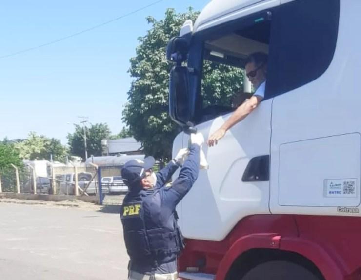 Cerca de 50 kits com lanche e refrigerante foram distribuídos nesta terça-feira a caminhoneiros  — Foto: Polícia Rodoviária Federal/Divulgação