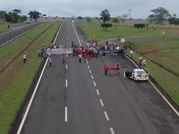 Em Castilho, manifestantes interditaram um dos lados da rodovia (Foto: Arquivo Pessoal)