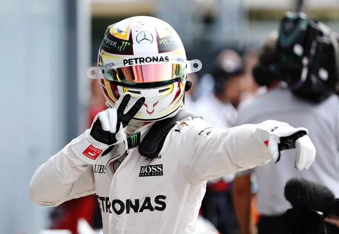Lewis Hamilton comemora pole position após treino classificatório para o GP da Itália (Foto: Getty Images)