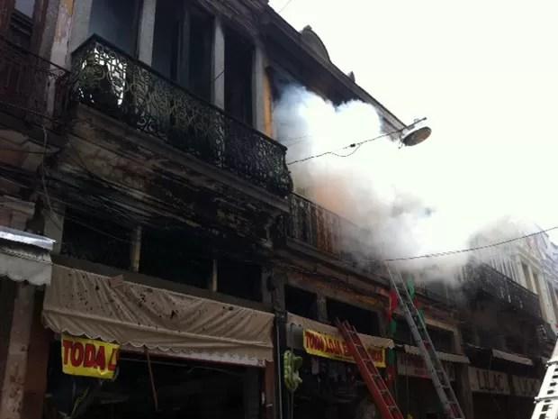 Muita fumaça sai do prédio que pegou fogo na Saara (Foto: Alba Valéria Mendonça/G1)