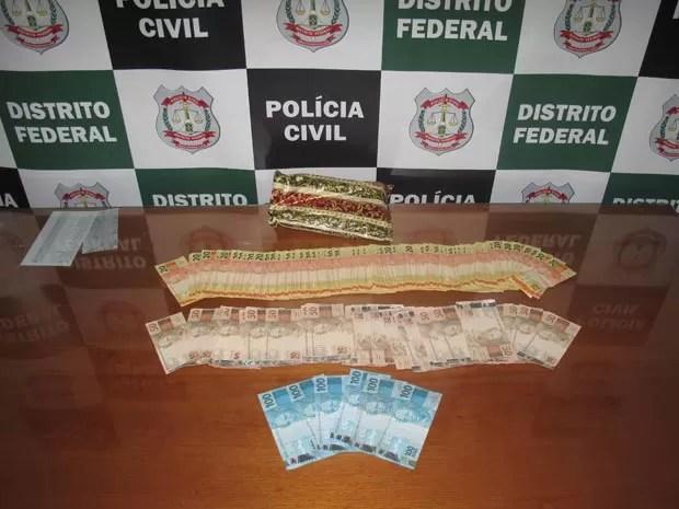 Dinheiro entregue à polícia do DF por morador do Cruzeiro Velho, no DF, o segundo caso registrado no bairro em menos de uma semana (Foto: Polícia Civil/Divulgação)