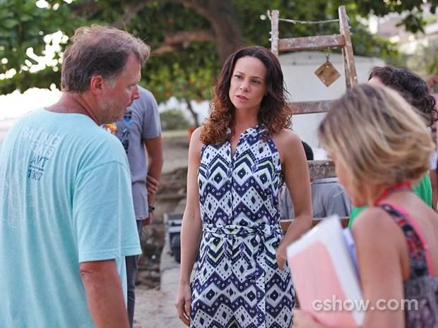 Vanessa Gerbelli recebe instruções do diretor João Boltshauser (Foto: Carol Caminha/ TV Globo)