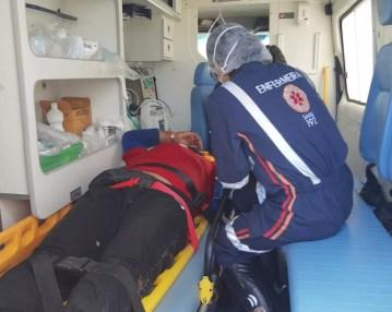 Motociclista foi agredido a pauladas por motorista de carro na AL-115, em Arapiraca — Foto: BPRv