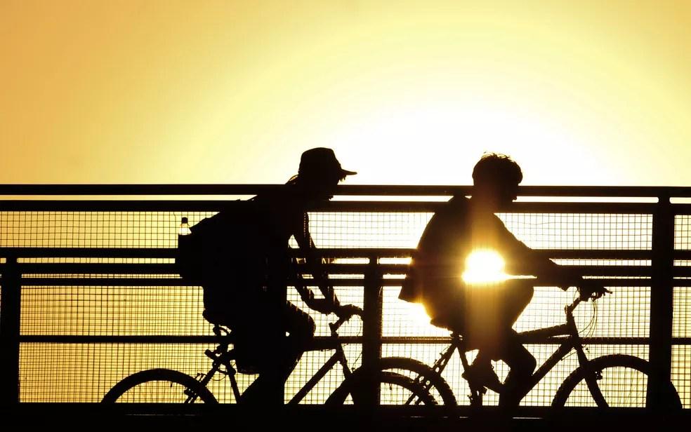 Ciclistas passeiam em Brasília debaixo de sol — Foto: Pedro Ventura/Agência Brasília
