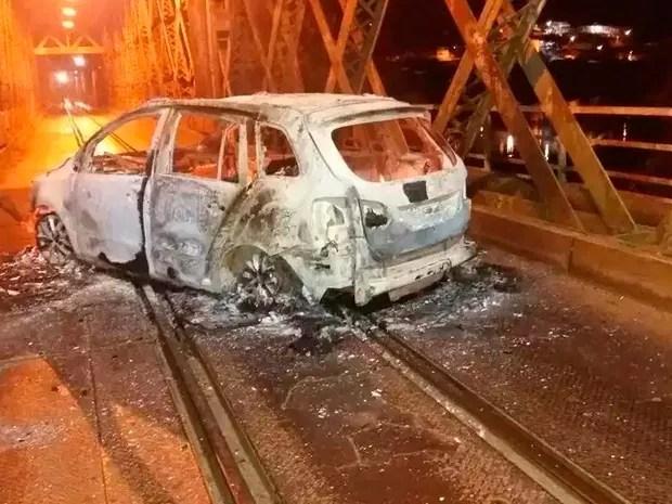 Carro foi incendiado por criminosos em Cachoeira após assalto a banco na cidade da Bahia (Foto: Fábio Santos/Voz da Bahia)