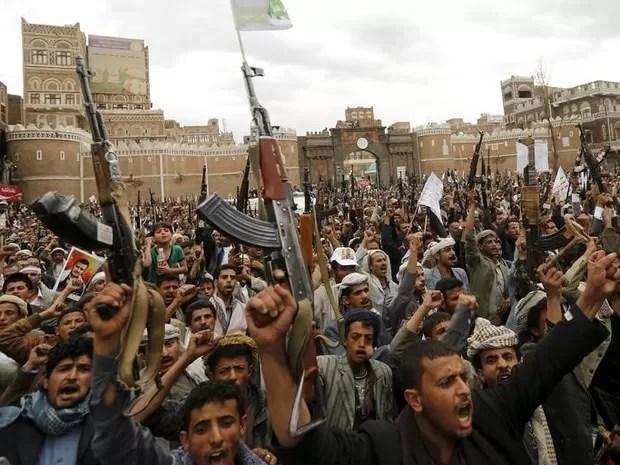 Protesto de rebeldes em Sanaa contra ataques aéreos (Foto: REUTERS/Khaled Abdullah)