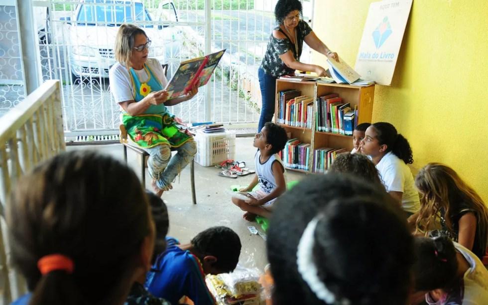Marluce da Silva Franco, de 58 anos, hospeda a biblioteca domiciliar do projeto