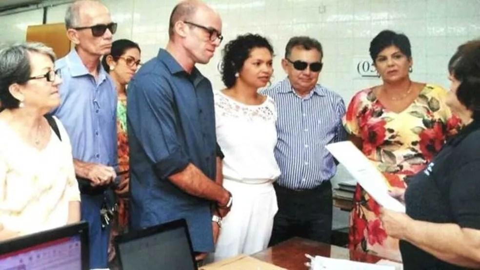 Roberto Guedes (de azul escuro ao centro) tem enfermidade rara marcada por redução extrema da quantidade de gordura no corpo  (Foto: Arquivo pessoal)