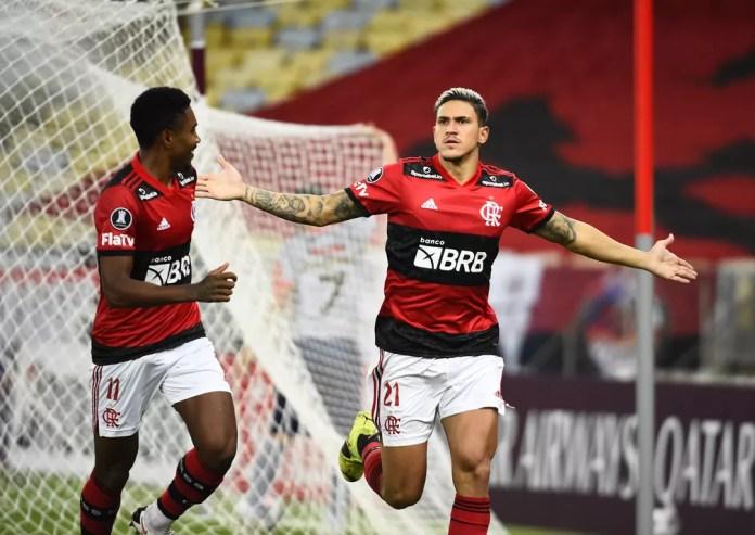 Pedro e Vitinho comemoram o último gol do Flamengo contra o Union La Calera — Foto: André Durão
