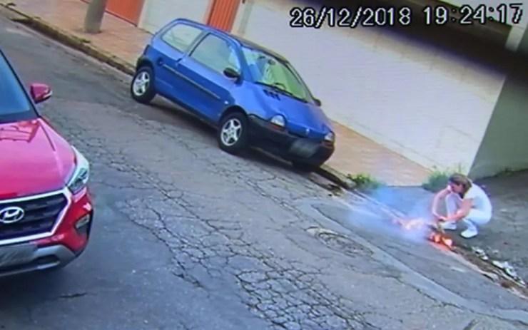 Mesmo ferida, Josefa tenta retirar um objeto da bolsa em chamas — Foto: TV Globo/Reprodução