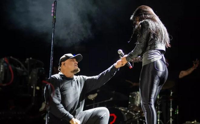 Namorada se emociona com pedido de casamento de Digão no palco do João Rock 2019 — Foto: Érico Andrade/G1