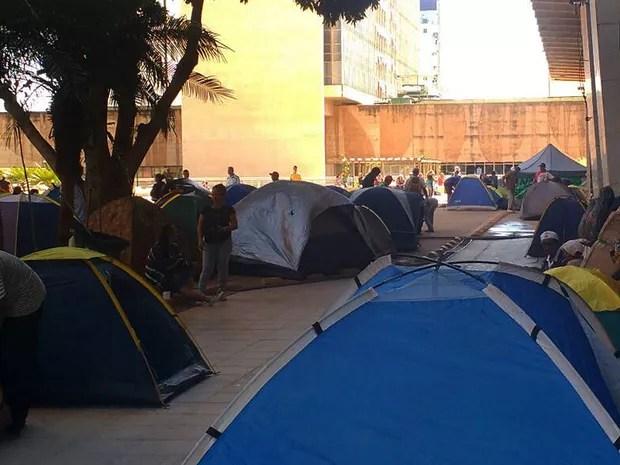 Barracas montadas na entrada do Incra em Brasília na manhã desta segund-afeira (5) em ato contra a reforma da Previdência (Foto: Elielton Lopes/G1)