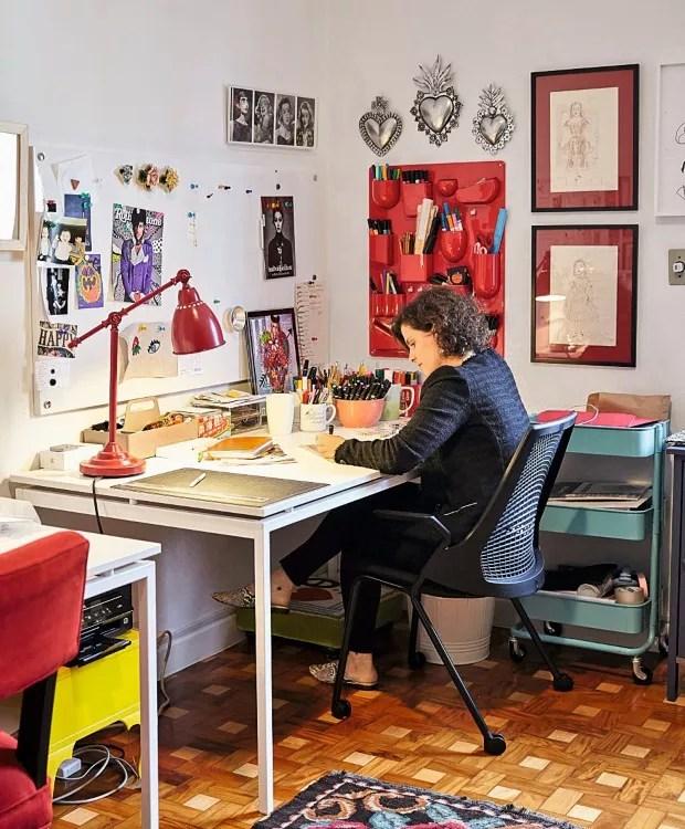 Escritório. A parede tem o organizador Uten.Silo, da Vitra, luminária da Ikea, mesa da Oppa, cadeira da Atec e tapete da ABC Carpet, de Nova York (Foto: Victor Affaro / Editora Globo)