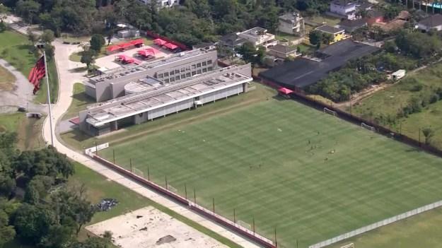 Flamengo usa dois campos para treinar no Ninho do Urubu - Terceiro campo está sendo construído — Foto: Globocoop
