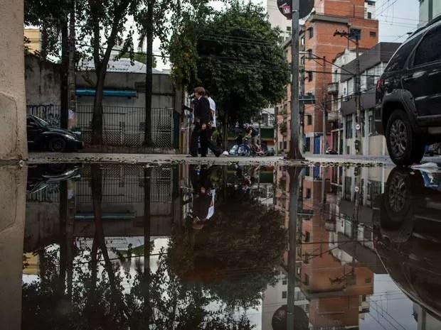 Pedestres precisam desviar de enorme vazamento de agua na esquina das Ruas Eduardo Prado e Brigadeiro Galvao no bairro Santa Cecilia em Sao Paulo. Comerciantes reclamam ha meses do vazamento. (Foto: Victor Moriyama/G1)