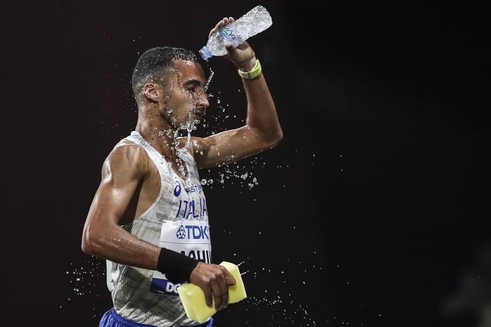 A cena que se repetiu em todas as provas de rua: atletas tentam se hidratar no calor de Doha — Foto: Maja Hitij/Getty Images