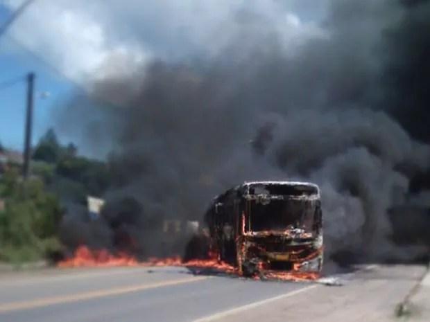 Carro foi queimado em ato criminoso neste domingo (11), segundo polícia (Foto: Juarez Soares)
