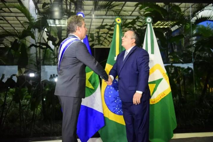 Pedro Taques transmitiu a faixa ao sucessor, Mauro Mendes  — Foto: Governo de MT/ Assessoria
