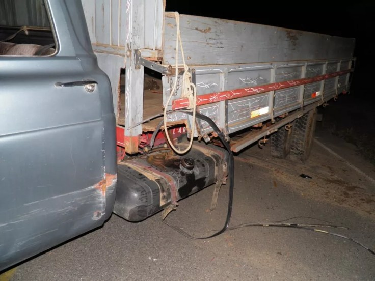 Carro atingiu lateral de caminhão em Santana do Jacaré (MG) (Foto: Jornal Tudo Aqui)