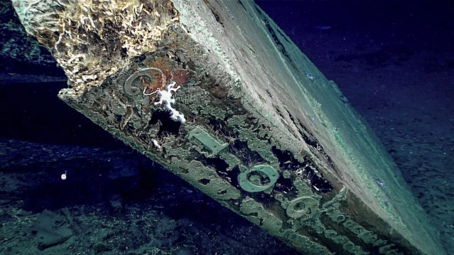 """The numbers """"2109"""" are visible along the trailing edge of the rudder. The pattern of nails securing the copper sheathing is plainly visible. (Foto: NOAA)"""