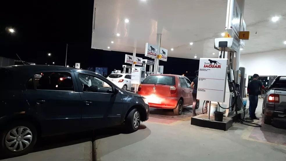 Postos de combustíveis registraram filas — Foto: Dayane Leite/ Rede Amazônica