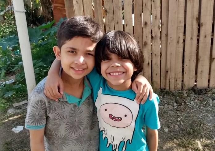 Pedro ao lado do irmão Fernando antes da cirurgia que precisou ter o cabelo raspado — Foto: Arquivo Pessoal