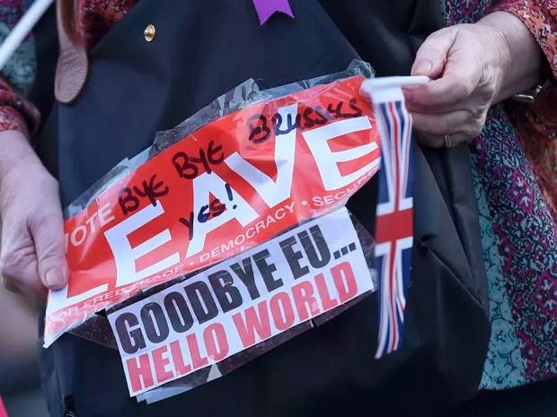 Eleitor defende a saída do Reino Unido da União Europeia nesta quarta-feira (23) em Londres (Foto: REUTERS/Toby Melville)