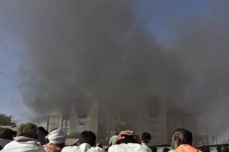 Indianos observam incêndio no Instituto Serum, em Pune, em 21 de janeiro de 2021 — Foto: AFP