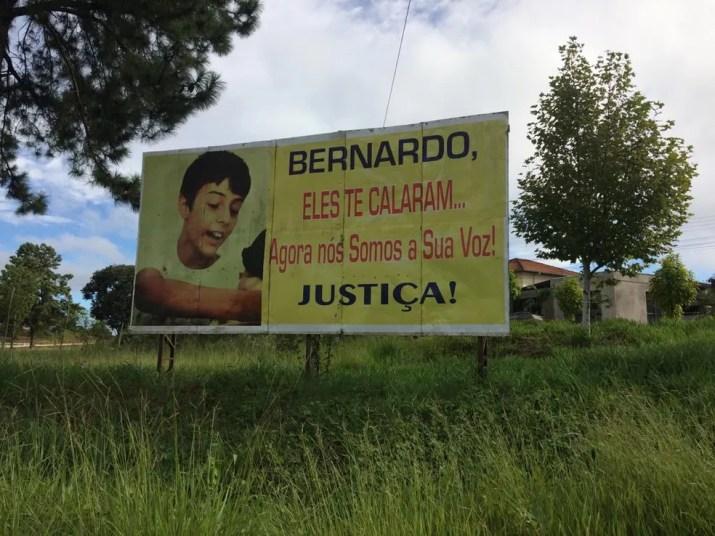 Outdoor colocado na entrada da cidade de Três Passos pede justiça pela morte de Bernardo — Foto: Carolina Cattaneo/G1