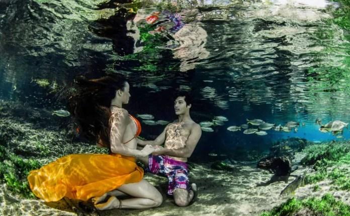 Modelos no fundo de caverna inundada — Foto: Ruver Bandeira/Foto