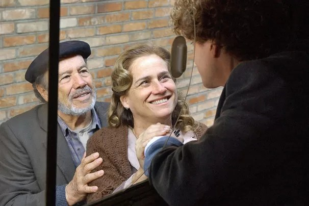 Marcos (Thiago Fragoso) se despede dos pais, Ana (Vera Holtz) e Jacó (Stênio Garcia), em O Profeta (Foto: Zé Paulo Cardeal/Rede Globo)