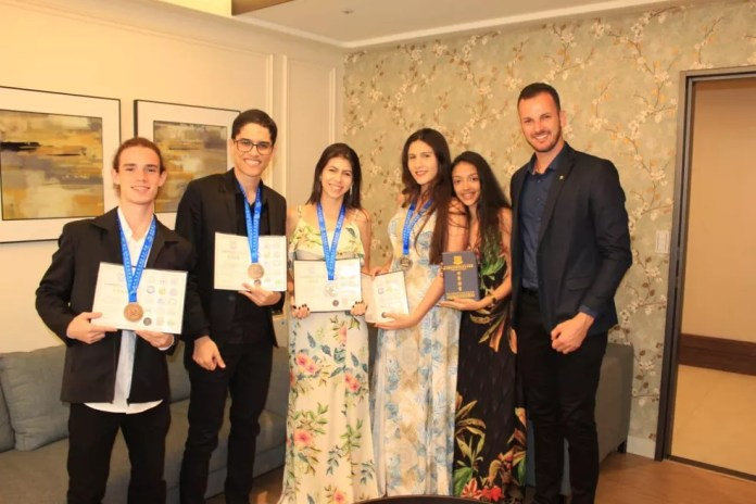 Alunos do Campus Nova Venécia, medalhistas em competições internacionais de matemática — Foto: Divulgação/Ifes