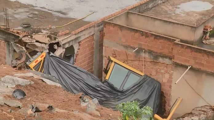 Máquina que atingiu casas permanece no mesmo lugar há 20 dias em Marataízes — Foto: Reprodução/ TV Gazeta
