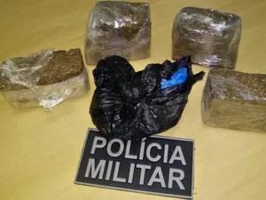 2 quilos de maconha foram encontrados com menor da idade em táxi (Foto: Divulgação/Polícia Militar)