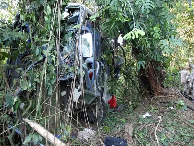 Ônibus que saiu de Itaperuna tomba na Rio-Teresópolis e deixa mortos (Foto: Domingos Peixoto / Agência O Globo)