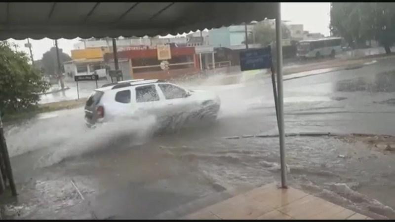 Moradores de Ceilândia registraram enxurrada nas pista da cidade.  — Foto: Arquivo pessoal
