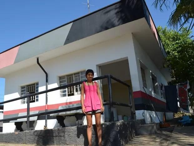 Eidilia Aparecida, de 25 anos, vive com os filhos em uma base da PM (Foto: Fernanda Zanetti/G1)